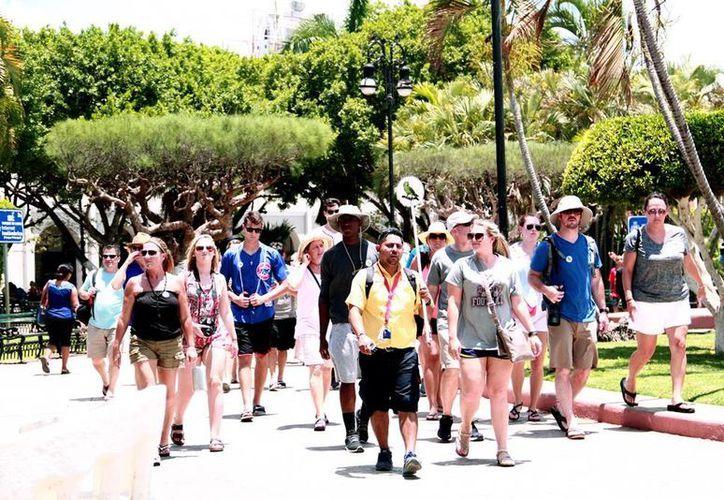 El turismo sale beneficiado con la llegada de nuevos sistemas de transporte público, como los taxis que se contratan a través de aplicaciones (apps) -por ejemplo, Uber- señalan los hoteleros de Yucatán. (Milenio Novedades)