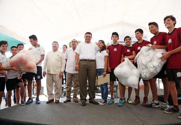Imagen del gobernador de Yucatán, Rolado Zapata Bello al entregar equipo deportivo en la preparatoria 10 de Ciudad Caucel. (Milenio Novedades)