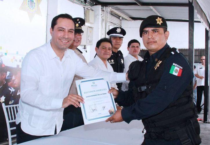 En el aniversario 13 de la Policía Municipal de Mérida, el alcalde Mauricio Vila entregó reconocimientos y destacó los programas sociales y de prevención que atiende la corporación. (Fotos cortesía del Ayuntamiento de Mérida)
