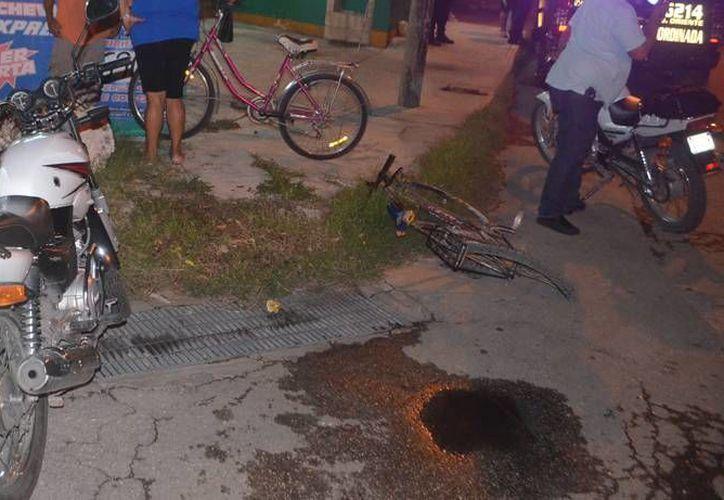 El choque de una motocicleta y una bicicleta dejó como saldo cuatro heridos, entre ellos una pequeña de 4 años de edad. (Carlos Navarrete/SIPSE)
