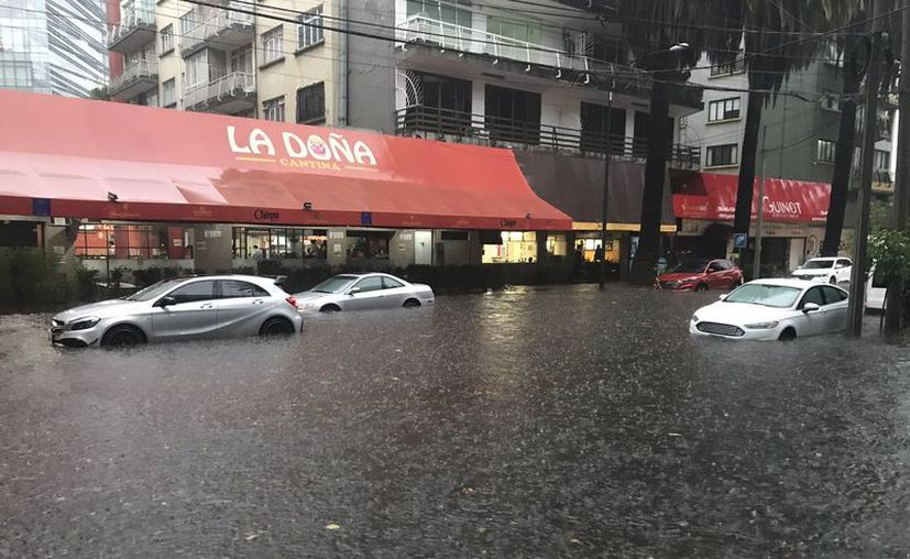 Las lluvias que cayeron hoy provocaron serias inundaciones en varias zonas de la Ciudad de México, una de ellas fue Polanco. (@guillermogallar/Twitter)