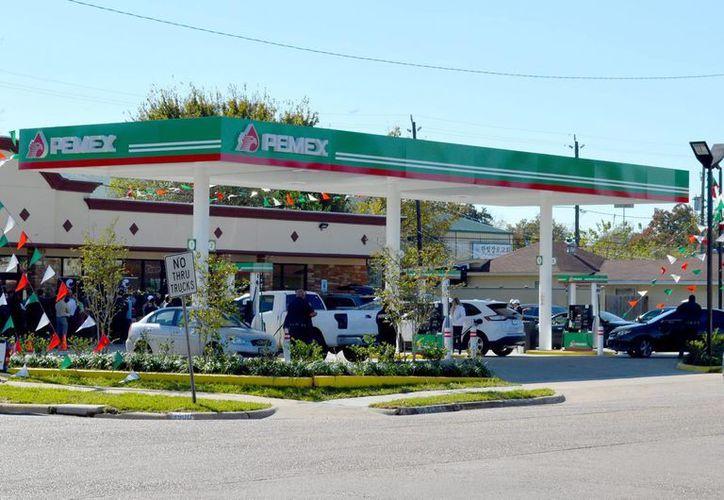 Compañías están interesadas en construir terminales de almacenamiento en los grandes mercados de consumo de gasolina de México como el Valle de México, Monterrey, Guadalajara. Imagen de una gasolinera de Pemex. (Archivo/Notimex)