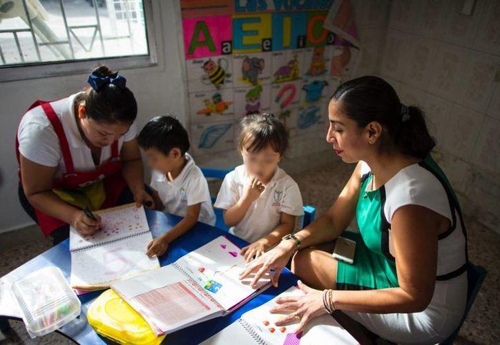 La delegada Marybel Villegas Canché invitó a las madres de familia a aprovechar los beneficios que otorga la Sedesol. (Redacción/SIPSE)