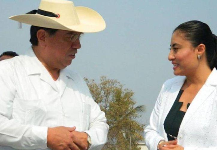 La ex alcaldesa de Huetamo, Dalia Santana Pineda, junto con Jesús Reyna, ex secretario de Gobierno. (sinembargo.mx)