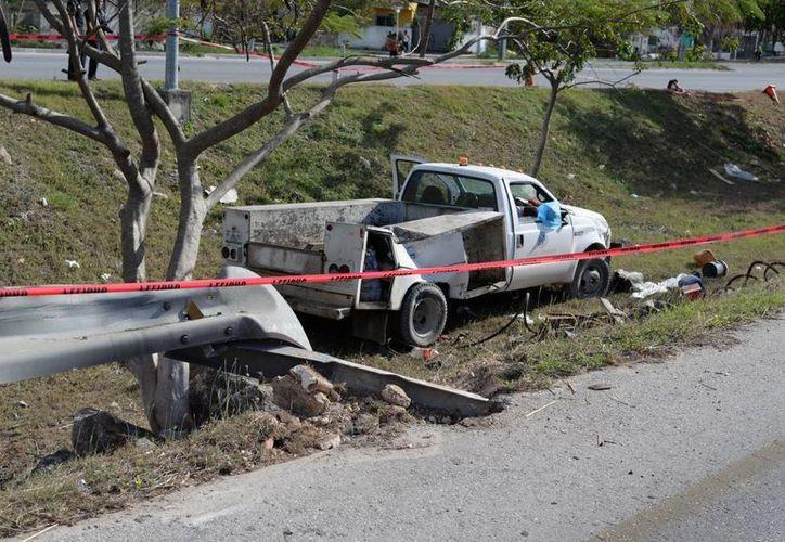 La camioneta, luego de chocar con la barra de contención, volcó y regresó a su posición normal. (Milenio Novedades)
