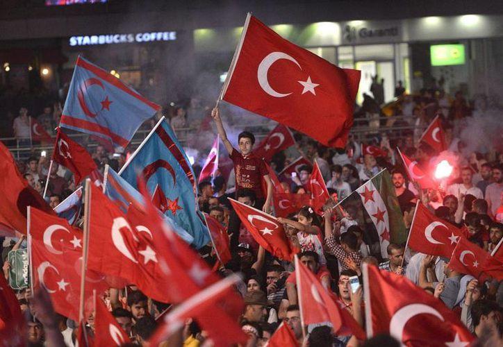 Manifestantes ondean banderas durante una protesta contra el fallido golpe de Estado en Estambul, Turquía. (EFE/archivo)