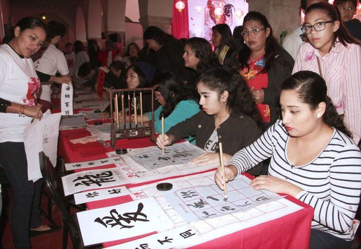 Durante la expo 'Conoce China', los asistentes aprendieron la escritura de esta cultura milenaria. (Milenio Novedades)