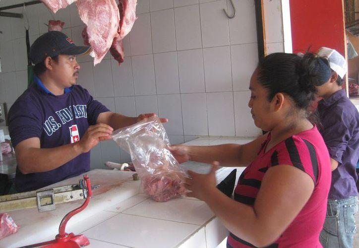 """Los tablajeros que laboran en el mercado municipal """"José María Morelos"""" señalan que las ventas han bajado 60%."""