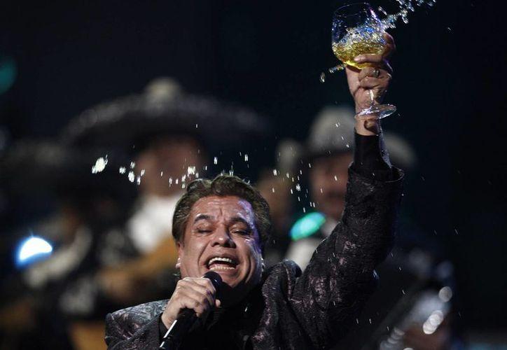 El pasado domingo, en el duelo entre Jaguares y Puebla se rindió un minuto de aplausos, por la perdida del gran cantante mexicano. (Matt Sayles/AP)