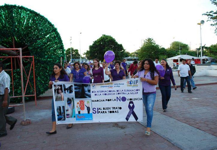 Alrededor de 100 personas que vistieron con blusas o playeras en color púrpura participaron en el evento. (Tomás Álvarez/SIPSE)