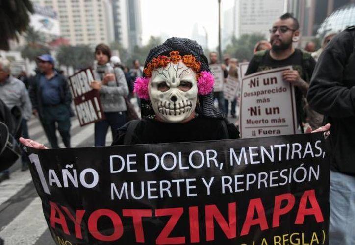 Hace más de un año que se realizan investigaciones para dar con el paradero de los normalistas de Ayotzinapa. Imagen de archivo de una de tantas marchas que se han realizado contra la desaparición de los estudiantes en Iguala. (Archivo/EFE)