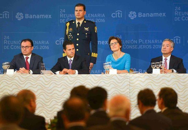Ante banqueros, Peña Nieto afirmó que su gobierno actúa con responsabilidad en materia económica. (Facebook/Enrique Peña Nieto)