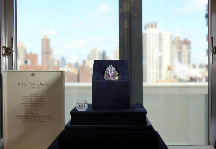 Vista del diamante blanco de 75 quilates subastado en la sede de la casa de subastas Sotheby's. (EFE)