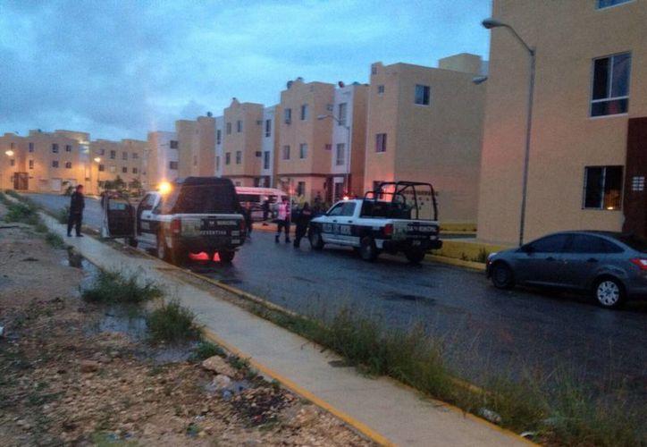 Elementos de la Policía Municipal acudieron a verificar la muerte de la joven. (Redacción/SIPSE)