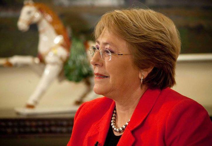 Autoridades de Chile buscan un helicóptero en el que se transportaba un primo de la presidenta Michelle Bachelet junto con tres pasajeros. (lacpress.com)