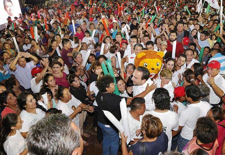 Nerio Torres Arcila saluda a la gente en el Estadio Carlos Iturralde. (SIPSE)