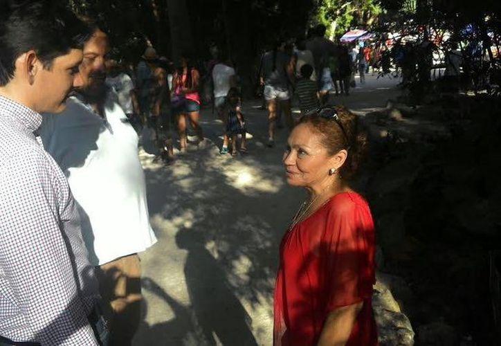 El titular del Patronato Cultur, Dafne López, en diálogo con Silvia Cimé, quien lidera a un gran número de artesanos y vendedores de Chichén Itzá. El funcionario se reunió con prestadores de servicios para refrendarles su apoyo. (Fotos: Gobierno de Yucatán)
