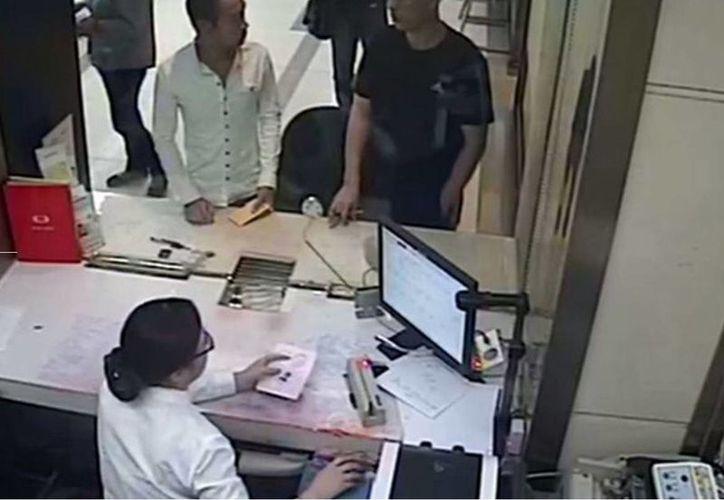 Los hombres fueron atendidos por la misma cajera, lo que ayudó a que se descubriera el fraude. (independent.co.uk)