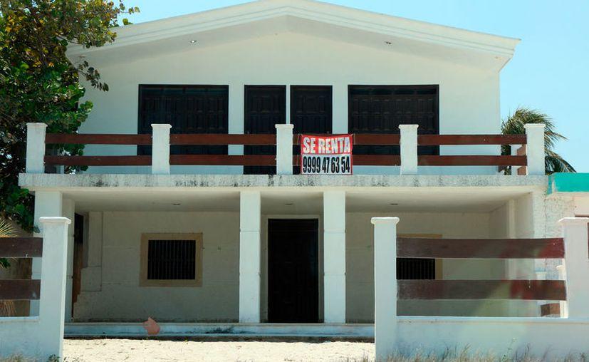 Miles de meridanos se preparan para el verano en la costa. La renta de casas se dispara, como todos los años, y este 2017 una casa de las más económicas no baja de mil pesos la renta por día. (Milenio Novedades)