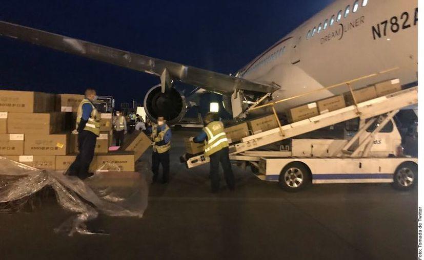 El Misionero de la Paz de Aeroméxico carga con un millón de cubrebocas y 800 mil guantes, más otros insumos. (Foto: Reforma).