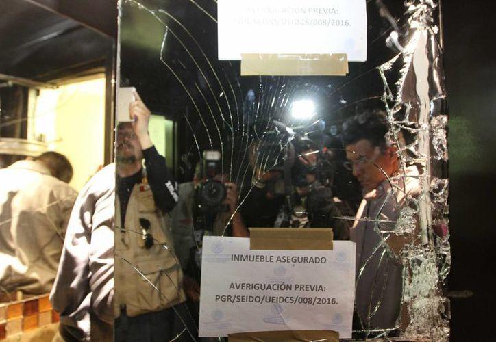 Con el objetivo de dar acceso a los medios de comunicación, personal de la PGR realizó un recorridos en el interior del inmueble se refugiaba Joaquín Guzmán Loera, en los Mochis, Sinaloa. (Notimex)