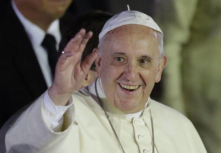 El Papa Francisco saluda a los files a su llegada a la ciudad de Pasay, al sur de Manila, Filipinas. (Agencias)