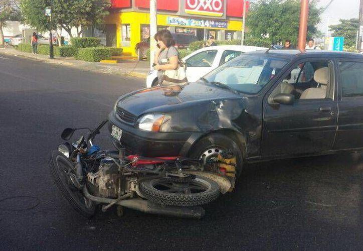 La moto de Perera Collí se impactó contra la defensa del auto. (Milenio Novedades)
