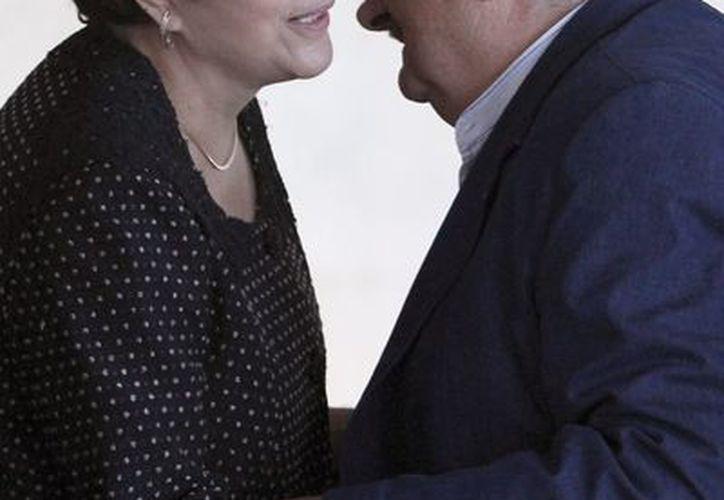 La presidenta de Brasil, Dilma Rousseff, saluda al mandario de Uruguay,  José Mujica al comenzar la Mercosur. (Agencias)