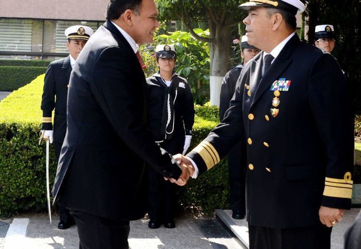 El gobernador de Yucatán, Rolando Zapata Bello, saluda al director del Centro de Estudios Navales, vicealmirante Luis Orozco Inclán. (SIPSE)