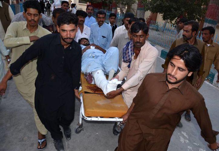 Un lesionado es trasladado a un hospital luego de la explosión de una bomba suicida en Pakistán. (Foto AP / Arshad Butt)