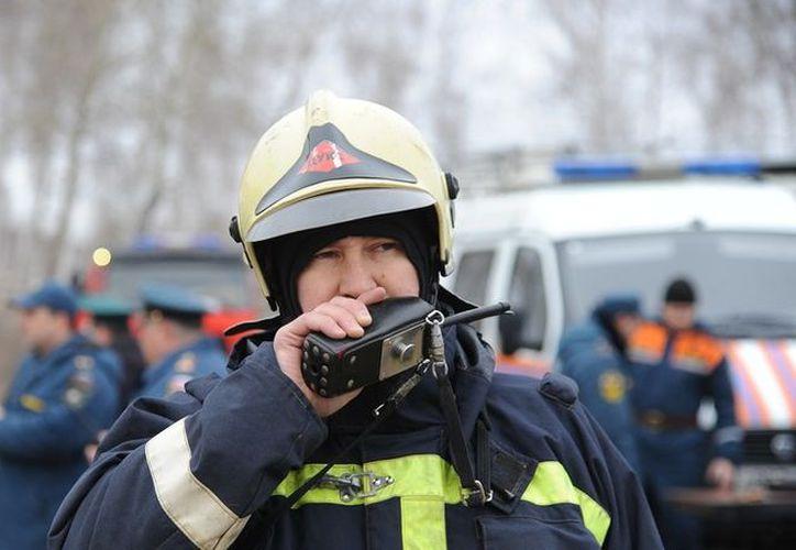 Los especialistas están evacuando a los residentes de las partes del edificio que se han mantenido en pie. (RT)