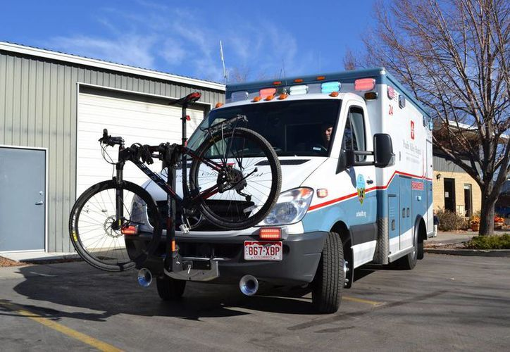 Imagen de una ambulancia del Hospital Poudre Valley con un portabicicletas, en Fort Collins, Colorado. (Agencias)