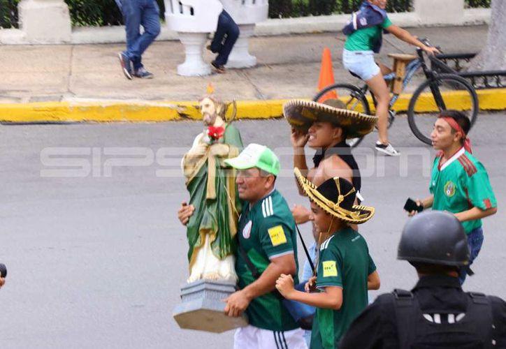 """Los yucatecos llevaron hasta sus imágenes religiosas para """"agradecer"""" por el triunfo. (Jorge Acosta/SIPSE)"""