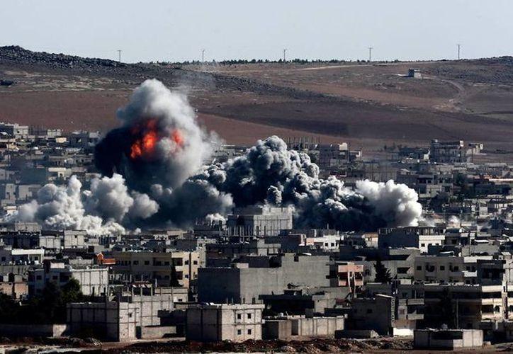 Un ataque terrorista dejó más de 30 muertos en la frontera de Siria y Turquía. La imagen no corresponde al hecho, se trata de una columna de humo en Kobani, tras un ataque visto desde la frontera kurda, en Sanliurfa. (Efe/Archivo)