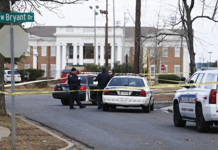 Los agentes ignoran cuáles fueron los motivos por los cuales un sujeto tomó como rehenes a los empleados de un banco en Alabama. (AP/Brynn Anderson)
