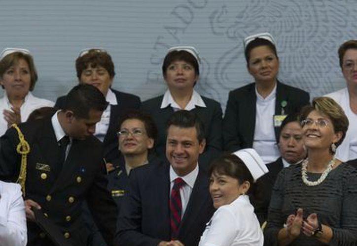 """Peña Nieto dijo que """"hHoy somos un país más sano y con mayor esperanza de vida gracias al arduo trabajo nuestras enfermeras y enfermeros"""". (Notimex)"""