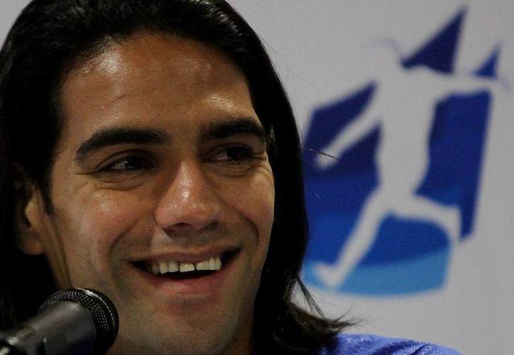 Fotografía tomada el pasado 15 de octubre en la que se registró al delantero de la selección colombiana de fútbol Radamel Falcao García, quien se recupera de una rotura de ligamentos de su rodilla derecha. (EFE/Archivo)