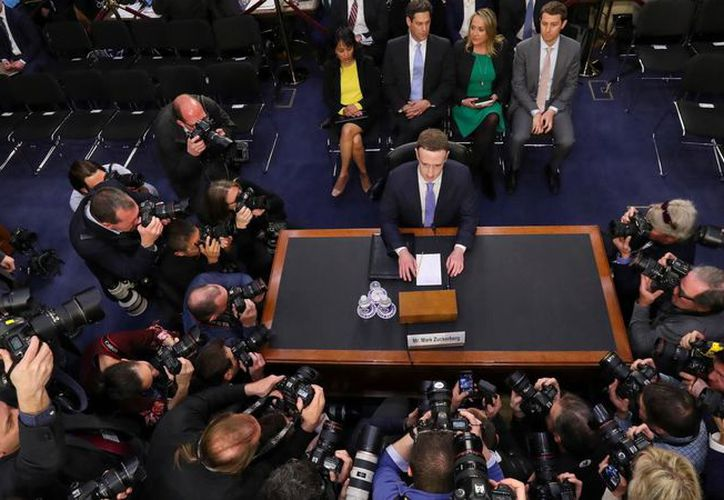 Mark Zuckerberg afirmó que Facebook contará con un equipo de 20 mil personas para revisar contenidos. (AP)