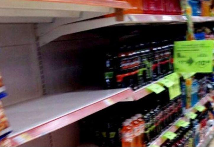 Tras darse a conocer el caso de dos personas intoxicadas por consumir Gatorade, el producto fue retirado de los anaqueles de una tienda en Mexicali. (SDP Noticias)
