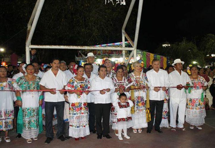 Las autoridades dan por iniciadas las festividades. (Raúl Balam/SIPSE)