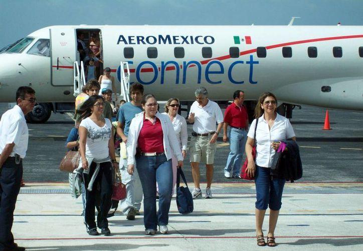 La alta afluencia de visitantes en el Aeropuerto Internacional de Cozumel acarrea mayores ingresos para los transportistas. (Irving Canul/SIPSE)
