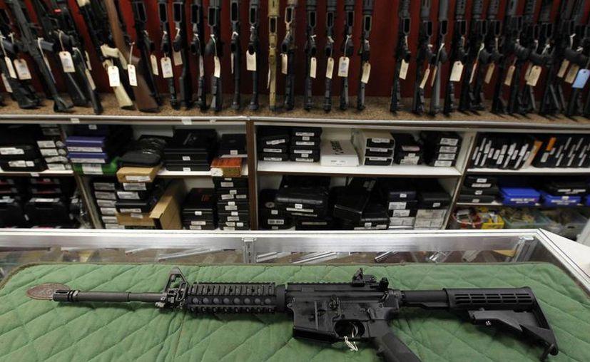 Un hombre disparó a la policía  con un arma de estilo del AR-15. El atacante fue abatido. (AP)