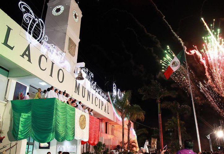 Ante miles de cozumeleños y visitantes, el presidente municipal, Fredy Marrufo, encabezó la ceremonia del Grito de Independencia.  (Redacción/SIPSE)