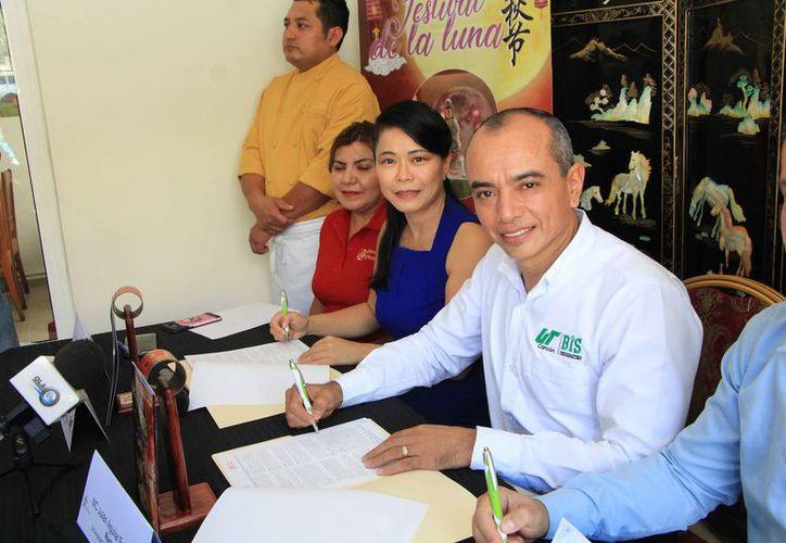 El rector firmó nuevamente un convenio con grupo Hong Kong. (Paola Chiomante/SIPSE)