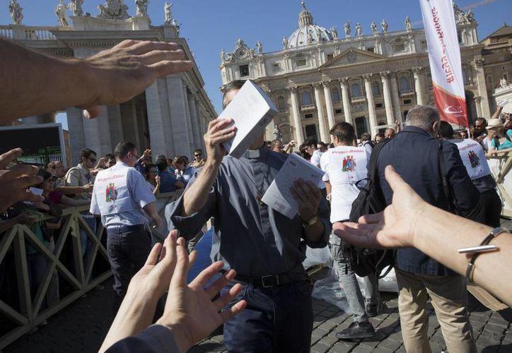 La congregación de los hermanos Paulinos encabeza una iniciativa de repartición de biblias en varias plazas de Italia. (AP)