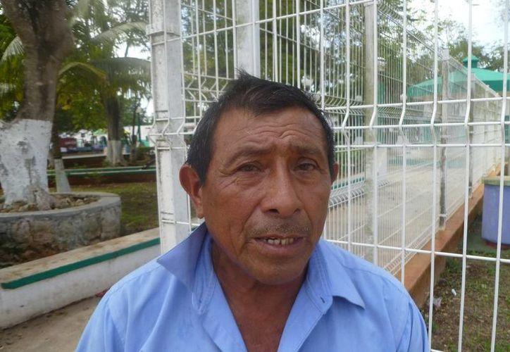 Cayetano Choc Chan señaló que cuando llueve es difícil transitar en ese camino. (Raúl Balam/SIPSE)