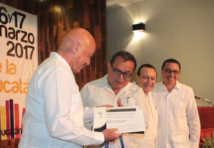 La Uady entregó más de 24 mil libros a la red estatal de bibliotecas de Yucatán. El acto simbólico fue en el edificio central de la universidad. (Cortesía)