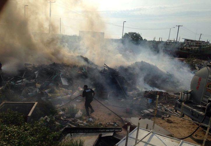 El nuevo incendio en un astillero de Progreso fue muy espectacular, pero afortunadamente no cobró víctimas. (Fotos: Gerardo Keb/Milenio Novedades)