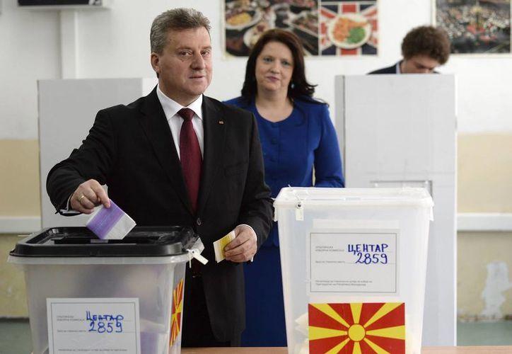 El actual presidente de Macedonia, George Ivanov (i), acompañado por su esposa Maja (d), votan en las elecciones parlamentarias y presidenciales en un colegio electoral en Skopje, Macedonia. (EFE)