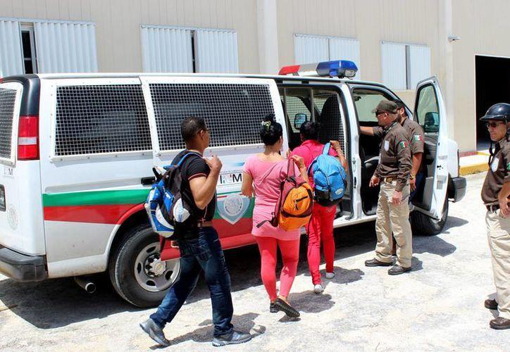 Los extranjeros fueron entregados a las autoridades del Instituto Nacional de Migración. (Cortesía/SIPSE)